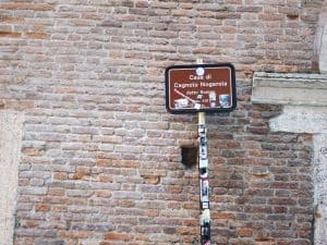 Sign outside Romeo's house, Verona, Italy (2016-01-20)