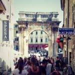 Porta Sergii arch with tourists, Pula, Croatia (2016-08-27)